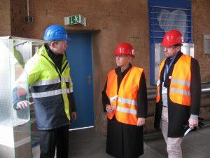Ralf Kramer, Werkleiter Mannheim von Saint-Gobain zeigt seinen liberalen Gäste das Werk
