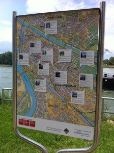 Das Willkommensschild am Rheinufer weist den Weg