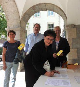 FDP-Landeschefin Birgit Homburger unterschreibt für den Erhalt der Musikhochschule Mannheim