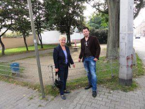 Dr. Birgit Reinemund und Volker Beisel vor Ort auf dem Spielplatz