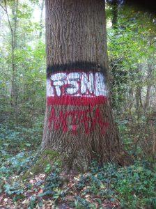 Rechte Propaganda an einem hilflosen Baum