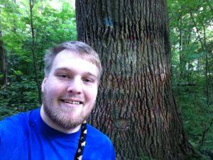 Der Neckarauer Bezirksbeirat David Hergesell freut sich über den behutsam gesäuberten Baum.