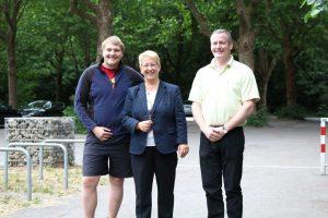 Am Strandbadparkplatz: David Hergesell, Dr. Birgit Reinemund, Felix Glaser