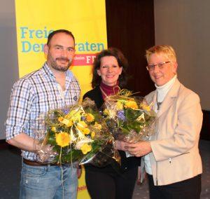 Dr. Birgit Reinemund überreicht den erfolgreichen Mannheimer Landtagskandidaten Florian Kußmann und Birgit Sandner-Schmitt ein Präsent des Kreisverbandes