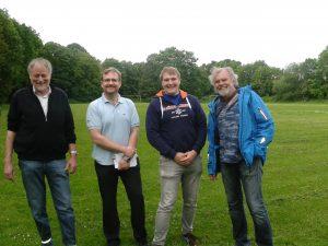 Johannes Walter, Chris Grünow, David Hergesell und Manfred Rompel auf dem Sportplatz