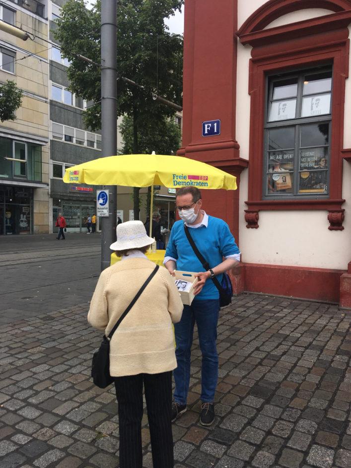 Konrad Stockmeier, Bundestagskandidat 2021 in Mannheim, im Gespräch am Infostand